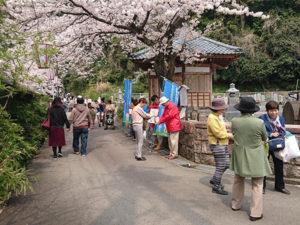 「とんとんキッズプロジェクトの東日本大震災の被災孤児への募金活動」