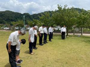 敦賀サマーフェスティバル会場の突風による大型テント倒壊事故ご冥福をお祈りし、THAPメンバーが集まり献花と黙祷を行いました。